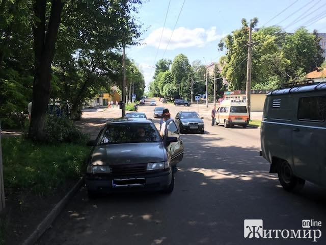 У Житомирі на вулиці Шевченка стало зле таксистові. ФОТО