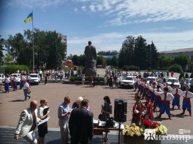 Сьогодні під Житомирською ОДА було передано 17 авто медичним працівникам області. ФОТО.