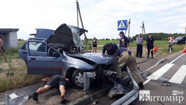 У селі Житомирської області автівка врізалася у відбійник: водія деблоковували рятувальники. ФОТО
