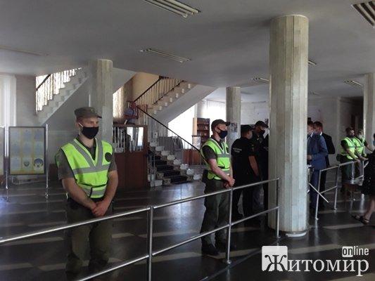 У Житомирі депутати звикають працювати під поліцейським прикриттям. І як це  розуміти?