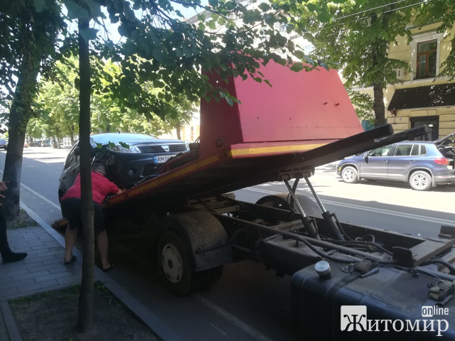 У Житомирі порушників парковки забирає евакуатор! ФОТО