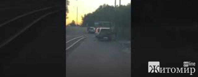 У Житомирі лоб в лоб зіштовхнулися автівка та трамвай. ВІДЕО