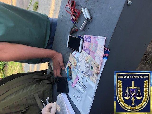 Командир взвода связи одной из воинских частей Житомирщины задержан на взятке 10 тыс. грн от сослуживца, - военная прокуратура. ФОТО