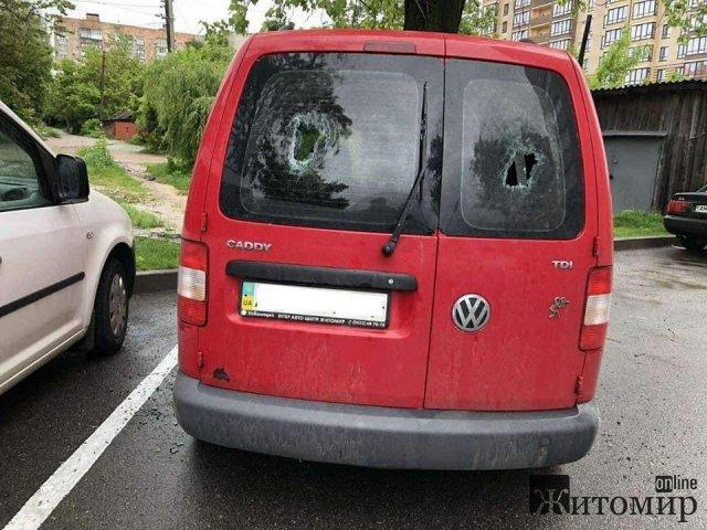 В одному з дворів Житомира вночі побили скло в машині. ФОТО