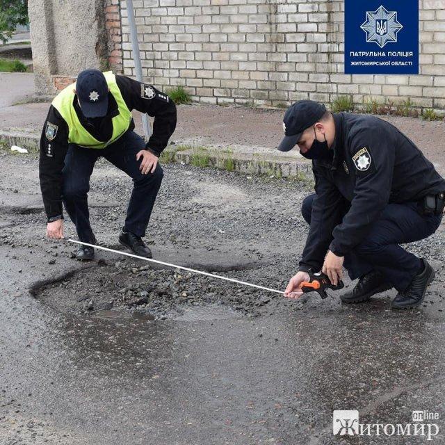 Житомирські патрульні подивилися на аварійні ділянки дороги. ФОТО