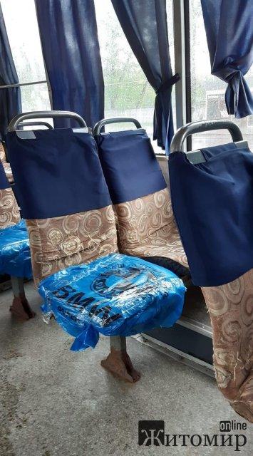В одній з житомирських маршруток сидіння обернули пакетами, аби не сидіти на мокрому сидінні. ФОТО