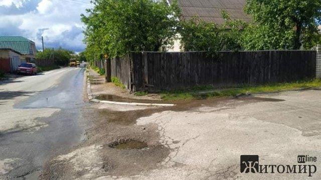 В Житомире в районе Марьяновки местные жители сливают использованную воду на дорогу. ФОТО