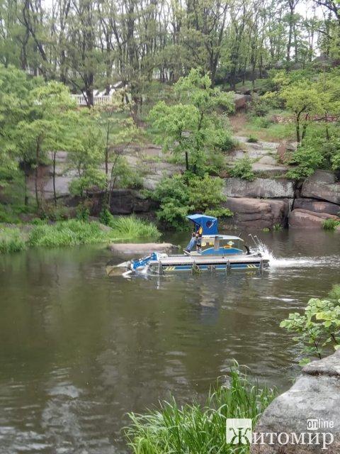 У Коростені триває робота по очищенню річки Уж від рослинності та мулу машиною-амфібією. ФОТО