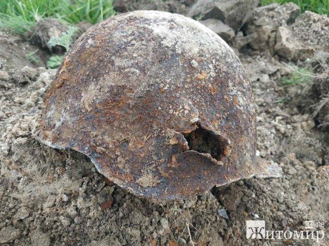На глибині 70 сантиметрів житомирські пошуківці виявили рештки солдата. ФОТО