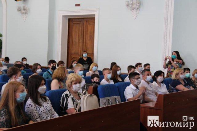 Мер Житомира без маски зібрав в одному залі більше сотні обдарованих учнів. ФОТО