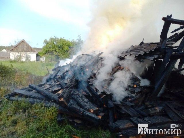 У місті та ще 4 районах Житомирщини рятувальники гасили вогонь у господарчих будівлях. ФОТО