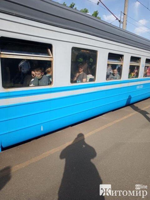 Переповнена електричка Коростень-Святошино. ФОТО