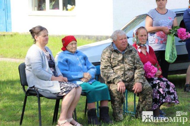 На будівлі школі в селі Житомирської області відкрили меморіальну дошку військовому Василю Шеремету, який загинув  зоні АТО. ФОТО