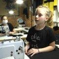 У Житомирі 8-річна школярка на карантині почала створювати футболки з текстурними малюнками