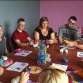 У Житомирі мам, які виховують дітей із інвалідністю, навчали плести екоторбини