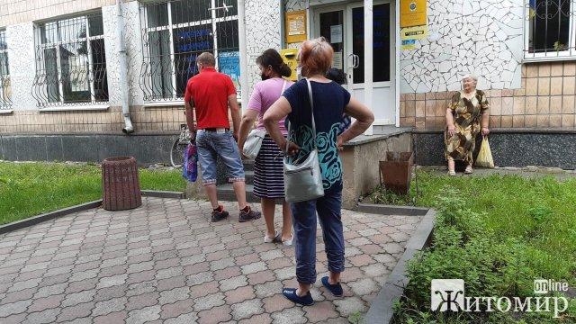Жители Коростишева жалуются на Укрпочту, где принимает один человек. ФОТО