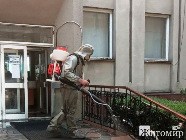 Житомирські рятувальники продовжують дезінфікувати адмінприміщення, банки та аптеки. ФОТО