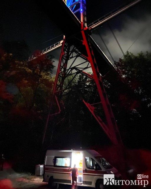 С моста в житомирском парку Гагарина прыгнула девушка и зацепилась за дерево. ФОТО