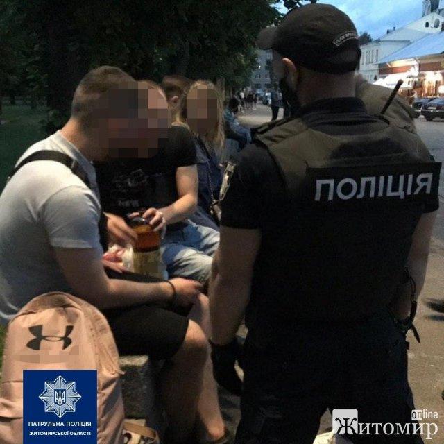 """На вихідних у Житомирі правоохоронці зробили """"облаву"""" на """"барну стійку"""", де молодь випливала та курила кальян. ФОТО"""