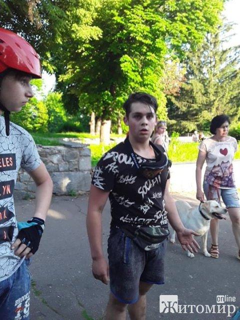 В житомирском парке двое подростков на велосипедах чуть не убили маму с ребёнком. ФОТО