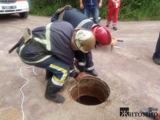 У місті Житомирської області чоловік провалився до каналізаційного люку. ФОТО