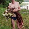 На Волыни мужчина сорвал 100 краснокнижных водяных лилий в подарок жене
