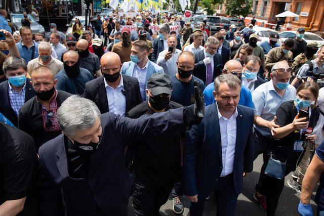 10 тисяч людей вийшли під Печерський суд підтримати Порошенка