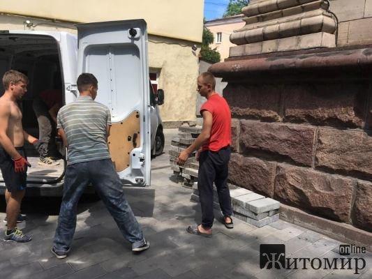 В Житомирі на Великій Бердичівській нарешті почали ремонтувати тротуар. ФОТО