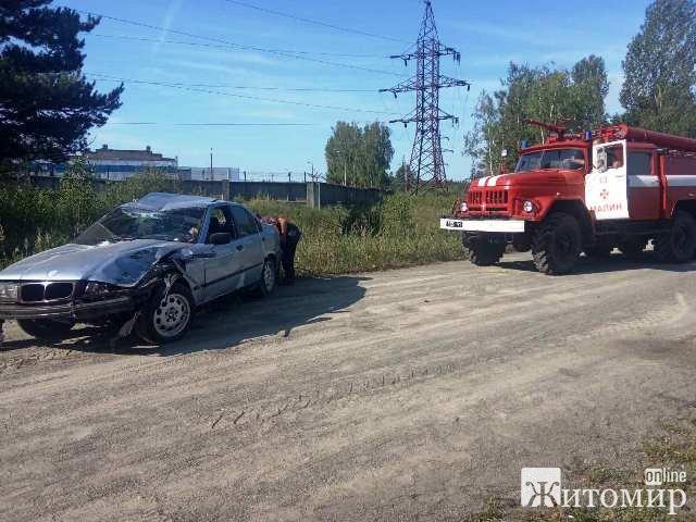 На Житомирщині рятувальники витягнули з водосховища жінку, яка вирішила пропливти кілометр та автомобіль з тієї ж водойми. ФОТО