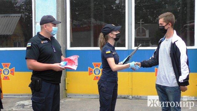 В Овручі нагородили хлопця, який витягнув з води малих дівчат. ФОТО