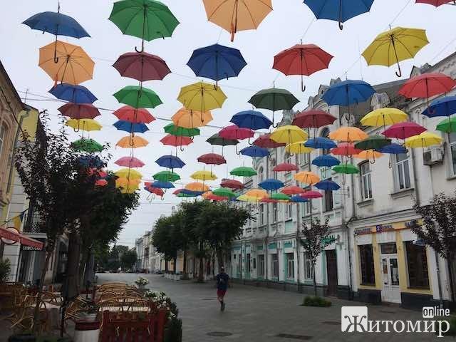 Ранкові парасольки на житомирській Михайлівській. ФОТО