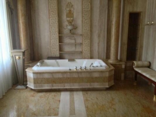 Туалеты в мраморе, золото и дух Ющенко. Что известно о дворце в Конча-Заспе, куда переехал жить Зеленский