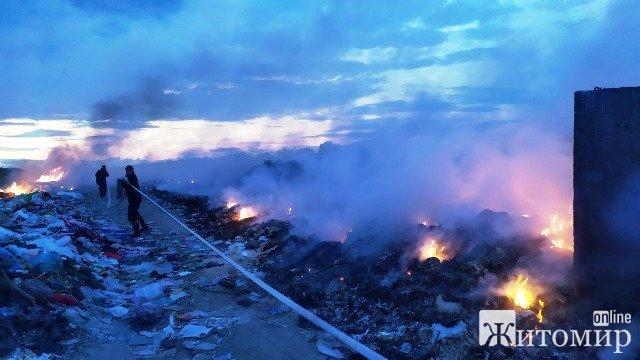 У Житомирській області рятувальники гасили пожежі на трьох сміттєзвалищах. ФОТО
