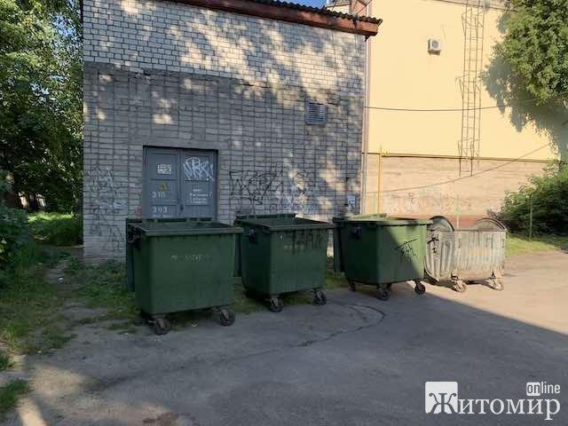 У центрі Житомира вночі смітники підсунули людям прямо під будинки. ФОТО