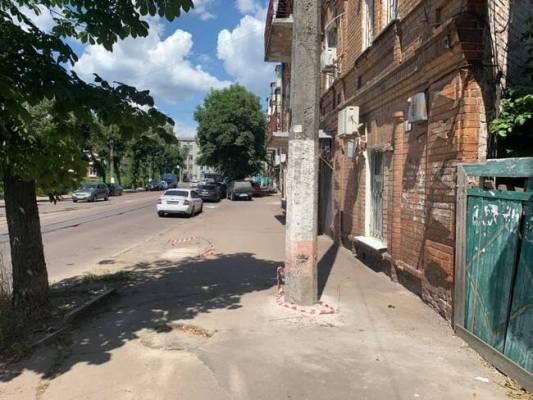 У Житомирі біля Будинку Серця посеред тротуару встановили стовп