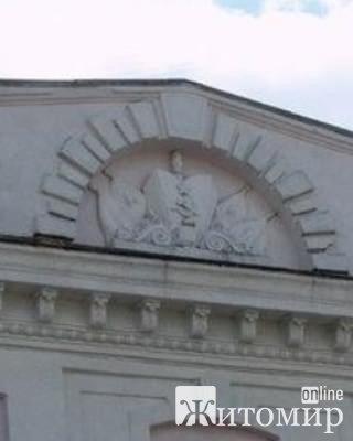 З фасаду житомирського автодорожного коледжу надумалися зняти радянську символіку. ФОТО