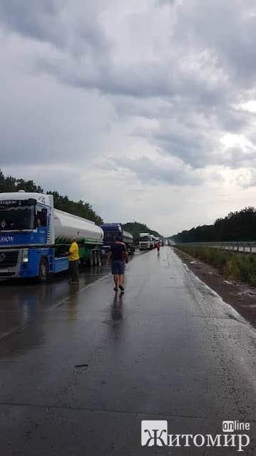 На окружній Житомира занесло фуру: рух по трасі Київ-Чоп призупинено. ФОТО