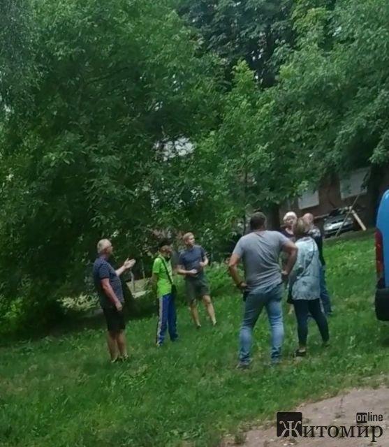 """Через """"Білий налив"""" в одному з дворів Житомира зібрались люди. ФОТО"""