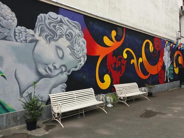 Петриківка і амури: у центрі Житомира з'явився 20-метровий мурал про кохання. ФОТО