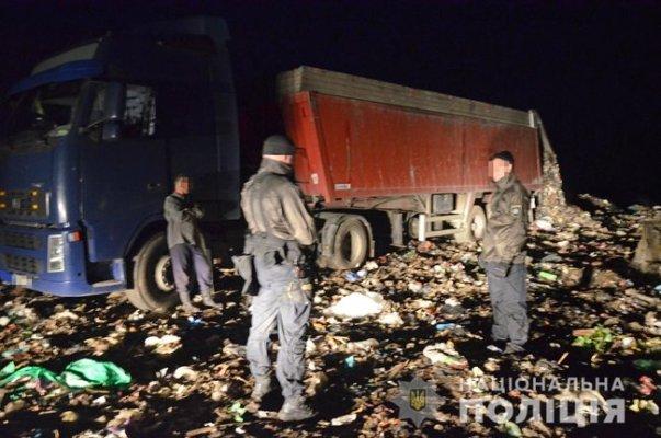 Фуры с мусором из Львова задержали на Житомирщине, - полиция. ВИДЕО+ФОТО