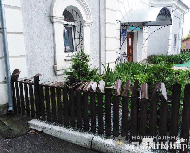 У райцентрі Житомирської області троє юнаків зігнули верхні частини паркану з металопрофелю. ФОТО