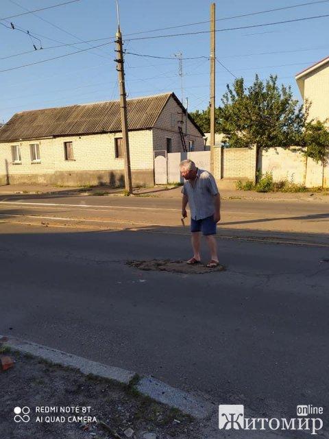 Довели: житомирянин за допомогою цегли та ґрунту латав ями на одній з вулиць міста. ФОТО
