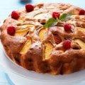 Смачний літній пиріг з абрикосами та малиною