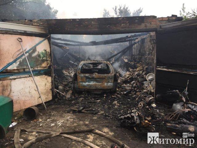 У місті Житомирської області горів гараж з автомобілем всередині. ФОТО
