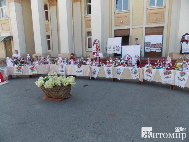 У Любарі біля будинку культури організували виставку ляльок-мотанок. ФОТО