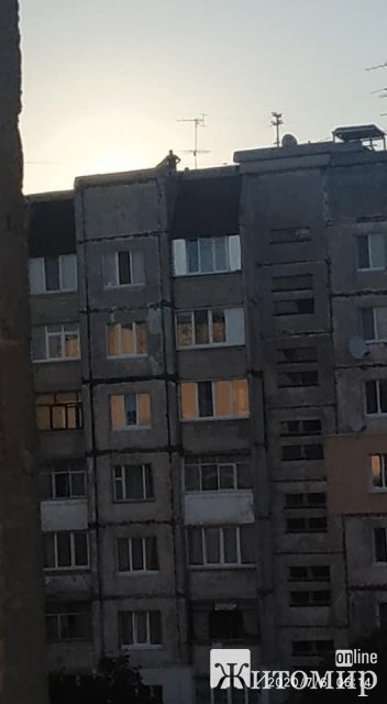 В одному з мікрорайонів Житомира на даху кричать люди. ФОТО