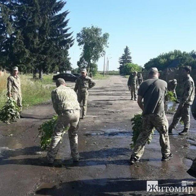 Військові вигрібали воду з калюж перед візитом Зеленського до Луцька