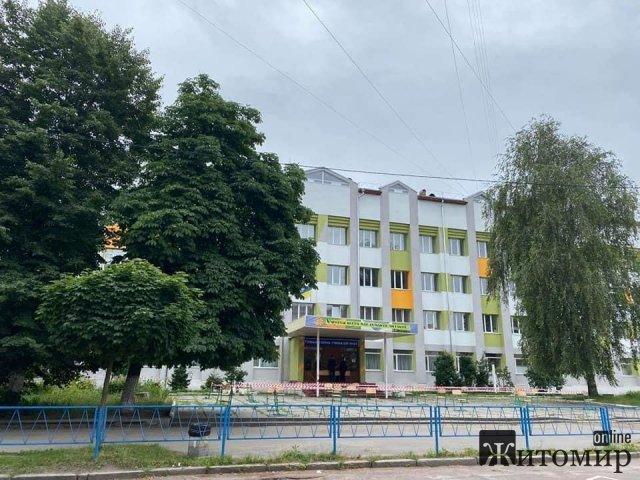 Біля гімназії у Житомирі поставили стільчики для тих, хто прийшов здавати ЗНО. ФОТО