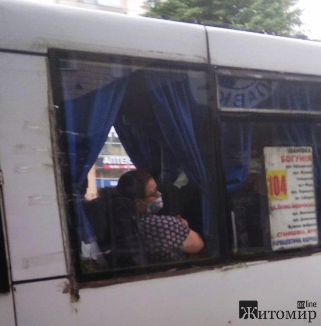 Житомиром їздить маршрутка, в якої вікно приклеєне скотчем. ФОТО