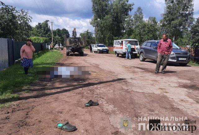 У селі Житомрської області вантажівка наїхала на чоловіка, потерпілий загинув. ФОТО